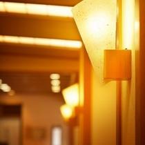 やわらかい灯りに包まれた館内