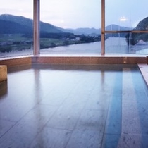 最上階より阿賀野川を望む展望大浴場