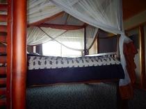 201ザンジバルルームのキングサイズベッド