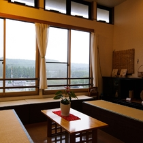 *ロビー/大きな窓から山の景色を望める寛ぎスペース