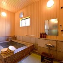 """*貸切風呂""""石鏡""""/肌触りも柔らかい畳のお座敷風呂。足元が滑らず、安心してご入浴いただけます。"""