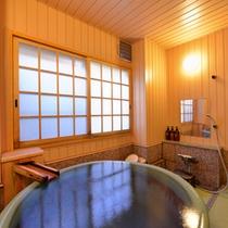 """*貸切風呂""""白根葵""""/湯量豊富に湧き出る草津温泉の源泉をひいた湯船。寛ぎのひと時をお過ごし下さい。"""