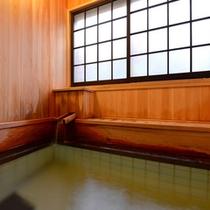 """*貸切風呂""""石楠花""""/檜の香りが漂う湯船。自然のぬくもりに心癒されるひと時をお過ごし下さい。"""