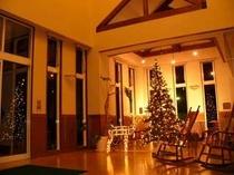 ロビーのロッキングチェアとクリスマスツリー