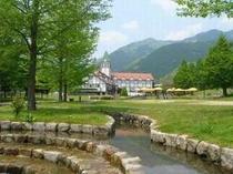 公園から眺めるホテル