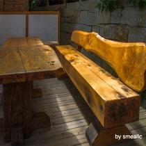 檜で出来たベンチ