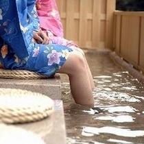 2Fロビー内の「源泉掛け流し足湯」