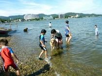 ペンションクッチェッタの目の前はこんな感じ。浜名湖で水遊び。水着を忘れずにね。