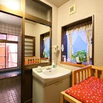□【貸切家族風呂】脱衣所。お子様連れに嬉しいベビーベッド完備。