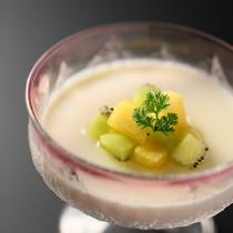 ■夏のデザート一例。とろける口溶けの杏仁豆腐。