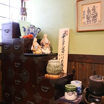 ◆囲炉裏端の松本民芸箪笥。