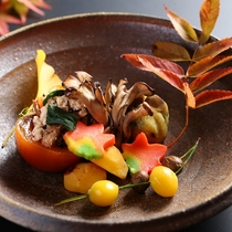 ■秋の前菜一例。柿とほうれん草の白和え、焼き栗など。