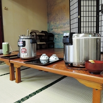 *【食事/朝食】ご飯・お味噌汁はセルフサービスでどうぞ。
