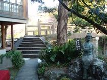 玄関先の伊豆の踊子像