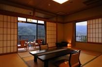 正面に箱根連山と岩戸山の眺望が広がる