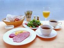 朝食例:洋食(卵、サラダ、スープ、ヨーグルト、パン、ジュース、コーヒー)