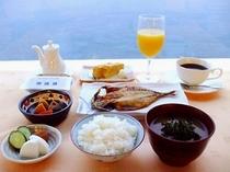 朝食例:和食(干物、玉子焼、小鉢、漬物、のり、ご飯、味噌汁、ジュース、コーヒー)
