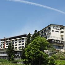 *【外観】(グリーンシーズン)/赤倉温泉の高台に位置し、眺望も抜群です