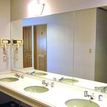 *【洗面台】自由にお使いいただける、共同の洗面所。ドライヤーも設置されております。