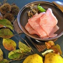 *【夕食:「越後もち豚」の陶板焼き】地元ブランドのもち豚を使った、当館こだわりの逸品。