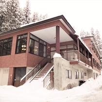 *【外観】静かな環境でのんびり♪冬季はリフト・レンタル割引券をフロントで配布しています。
