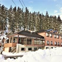 *【外観】岩原スキー場まで車で1分。当館を拠点にスキーへ繰り出そう!