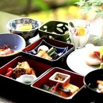 【昼食一例】旬の食材を目と舌で味わうミニ会席膳です。
