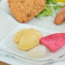 *[朝食一例]女将特製・手作りの漬物もご賞味下さい。