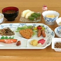 *[朝食一例]和食中心のバランスを考えた品数豊富な朝ごはん