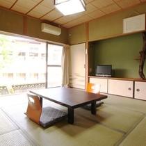 【本館8畳】自然に囲まれた静かな部屋です。