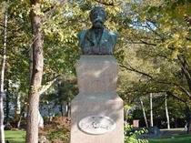 クラーク博士の像も北大の構内にあります。(徒歩3分ほど)