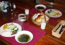手作りパンと手作りジャムの朝食