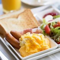 *朝食一例/トーストやサラダなどの洋食※朝食は和食・洋食が日替わりです。