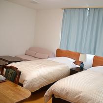 *洋室ツイン一例(定員3名)/広めの洋室のお部屋。お二人でゆっくりしたり、3名様でもご利用頂けます。