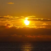 *海に沈む夕日。素敵な眺めに癒されて下さい。