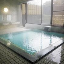 *【男性用大浴場】無色透明の天然温泉。24時間いつでもお入りいただけます♪