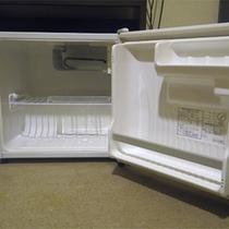 *【アメニティ一例】各お部屋には空の冷蔵庫がございます。