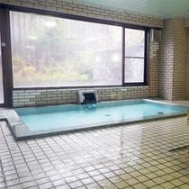 *【女性用大浴場】硫黄の香りがほのかに香る大浴場。大きめの窓から明るい光が差し込みます。