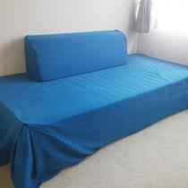 *【東館洋室一例】ソファベッドは、シングルベッドと同じ位の幅があり充分な広さでお休み頂けます。