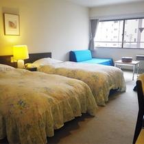 *【東館洋室一例】ツインベッドの他に、ゆったりした幅のソファーベッドが2台。