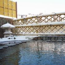 *【露天風呂一例】冬は雪を眺めながら♪(女性用は雪囲いあり、男性用は入浴不可の場合もございます)