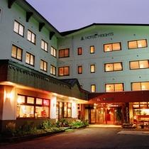 *【外観/夜】ゲレンデから徒歩5分!夏のトレッキングも人気のシンプルホテル。