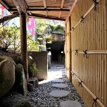 *洞窟風呂に続く小道