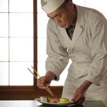 料理長は盛り付けにも余念がない。美味しいものは美しく、目でも楽しんでいただきたいという思いから・・