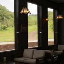 到着後は、ラウンジでコーヒーサービスも!緑が鮮やかな夏。