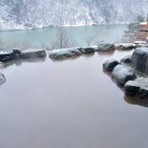 女性露天風呂 角神湖と積もる雪がまるで水墨画の世界です。
