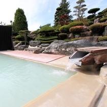 *源泉掛け流しの温泉は飲泉もできます。ちょっと酸味が効いていますよ。
