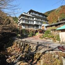 【冬〜春】外観。大松閣の目の前を流れる小川周辺のプチ散歩が好評です。