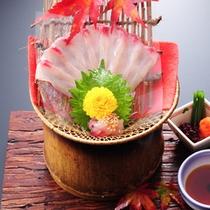 ★秋の夕食(一例)鯉のうす造り。女性好みの彩り豊かな演出で、目にも楽しい会席を。