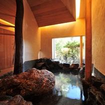 【貸切風呂「岩」】大岩をぐるりと取り囲んだ、独創的な貸切風呂。